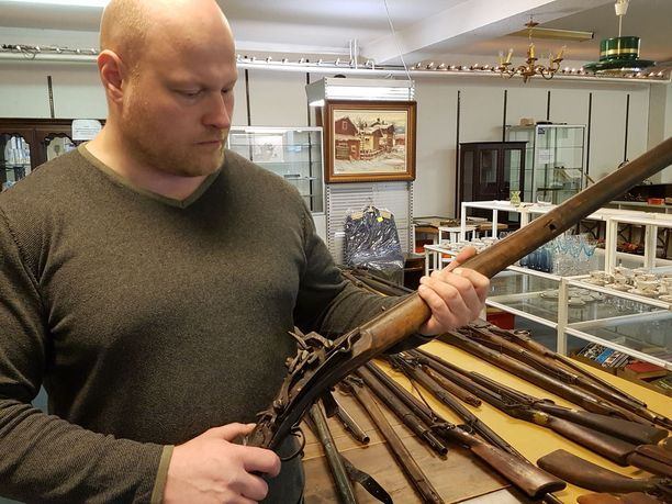 Kuvassa Taustilan kädessä on sieppolukkoinen ase 1600-luvulta Laatokan Karjalasta.