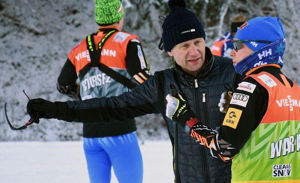 Toni Roponen antoi Matti Heikkiselle ohjeita ennen tiistain kilpailua.
