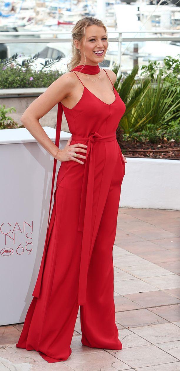 Blake Lively edusti upeana Cannesin lämmössä.