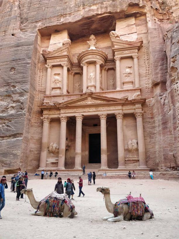 Petran rauniokaupunkiin kuljetaan pitkin kapeaa kanjonia, jonka päätteeksi avautuu näkymä kallioon louhittuun rahastorakennukseen.