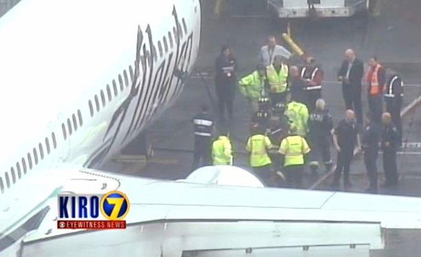 Seattlen lentokentällä ihmeteltiin , miten lastaustyöntekijä oli onnistunut nukahtamaan koneen ruumaan.