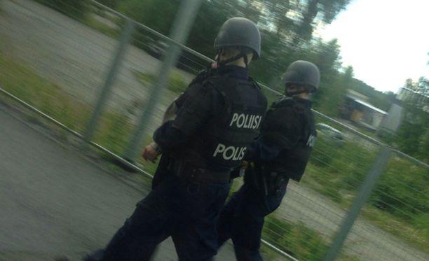 Poliisit saattoivat miehen ulos junasta Viialassa sunnuntaina.
