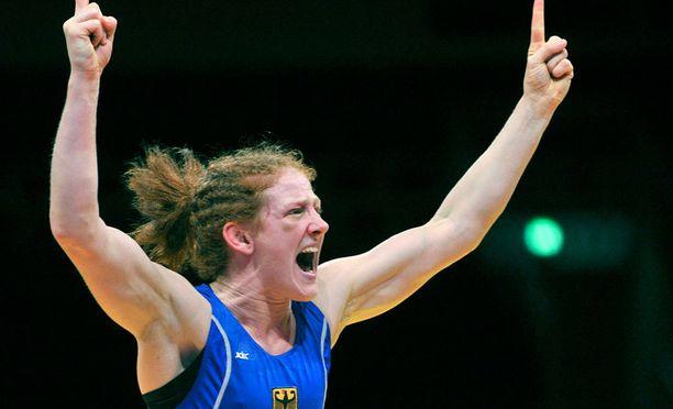 Yvonne Englich juhli EM-pronssia voitettuaan Espanjan Aurora Fajardo Prieton.