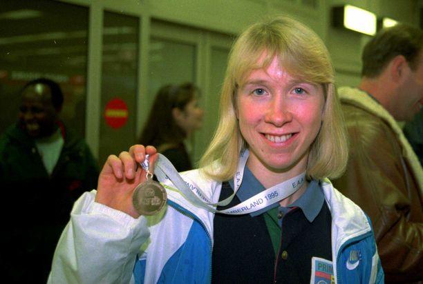 Annemari Sandell ja maastojuoksun naisten EM-kultamitali 1995.