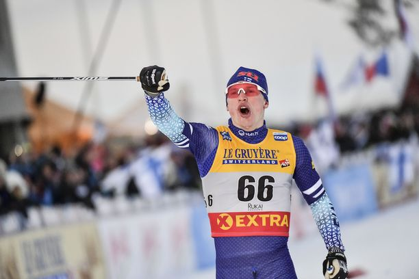 Iivo Niskanen tuuletti Rukan maailmancupin 15 kilometrin perinteisen tyylin kisan voittoa. Toinen ykköstila tällä kaudella tuli Lahdesta samalta matkalta.