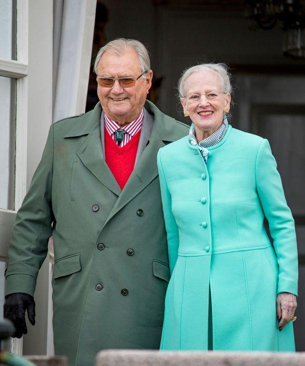 Kuvassa prinssi Henrik ja kuningatar Margareeta kuvattuna huhtikuussa.