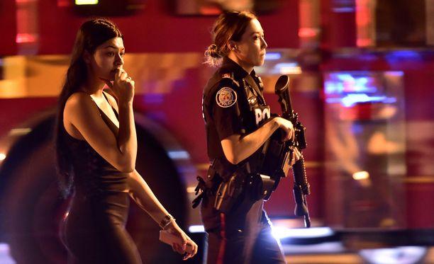 Paikallisen uutismedian mukaan ampuja avasi tulen kohti poliiseja, ennen kuin ampui itsensä.