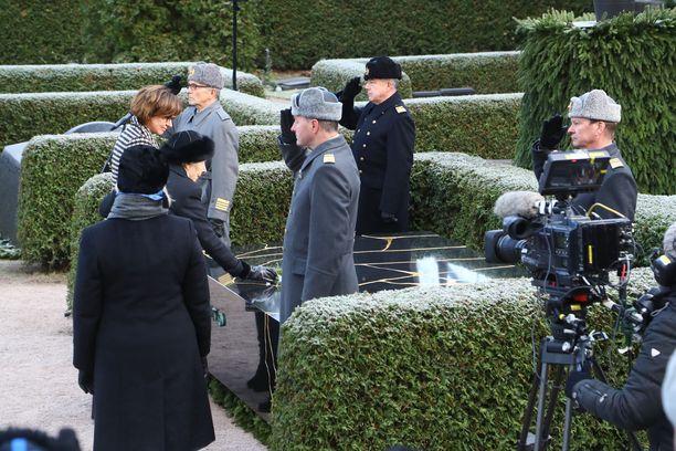 Rouva Tellervo Koivisto laski punaisen ruusun miehensä hautamuistomerkille. Vieressä tytär Assi Koivisto-Allonen.