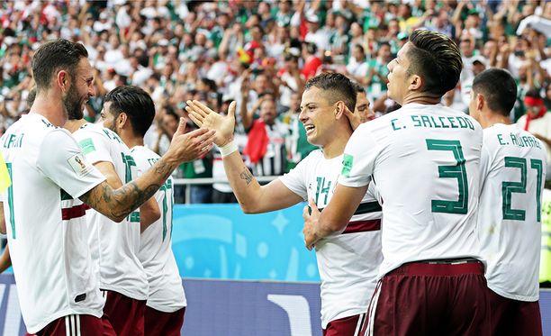 Meksikon pelaajat onnittelivat Javier Hernándezia tämän maajoukkueuran 50. maalista.