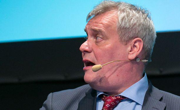 Antti Rinne (sd) tylyttää pääministeripuolue kokoomusta.