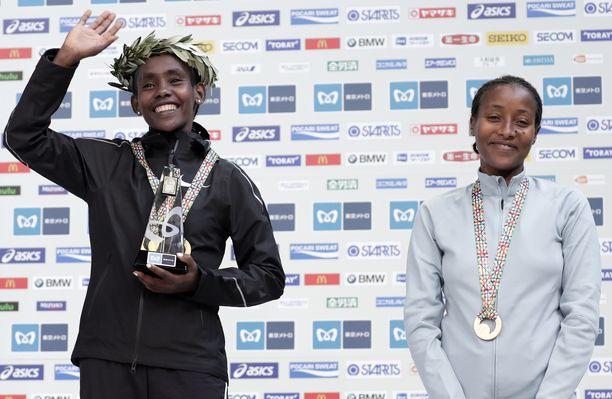 Ruti Aga (vas.) ja Roza Dereje nappasivat sijat yksi ja kolme Tokion maratonilla aiemmin tällä kaudella.