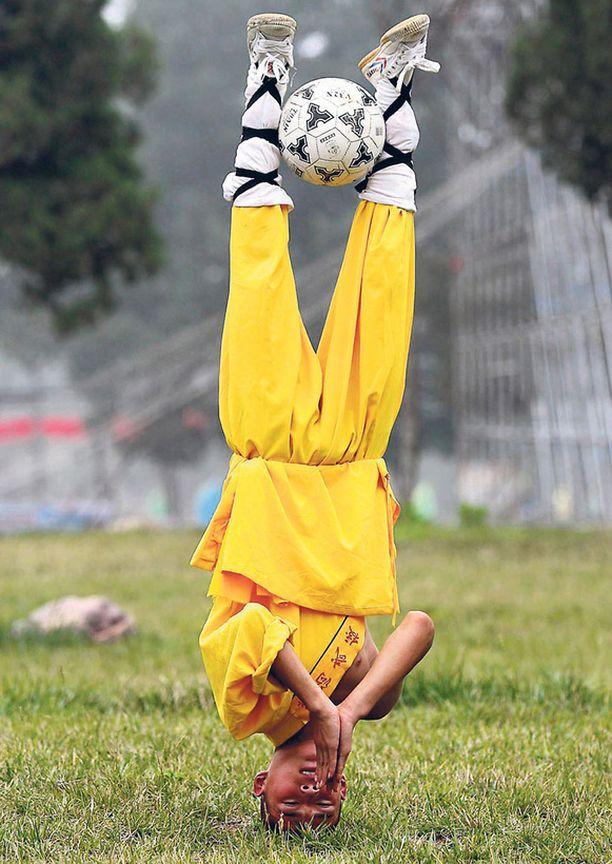 Olisi kiva nähdä, mitä tapahtuisi, kun joku töräyttäisi vuvuzelalla tämän jalkapalloa harrastavan kung-fu-munkin korvaan Shaolinin temppelissä.