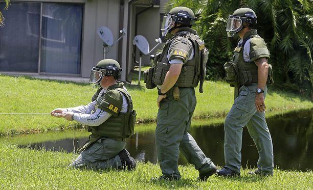 Pommiryhmä tutkii Omar Mateenin kotia Fort Piercessa Floridassa.