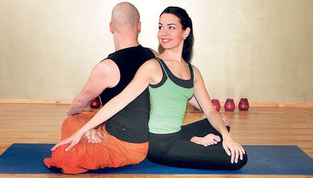 SELKÄ VETREÄKSI. Istu parin kanssa selät vastakkain. Laita vasen kätesi oikealle polvellesi ja oikea kätesi parin vasemmalle polvelle. Ojenna selkärankaa, vedä vatsaa sisään. Toista toisella puolella. Tee kierron jälkeen selän rullaus.