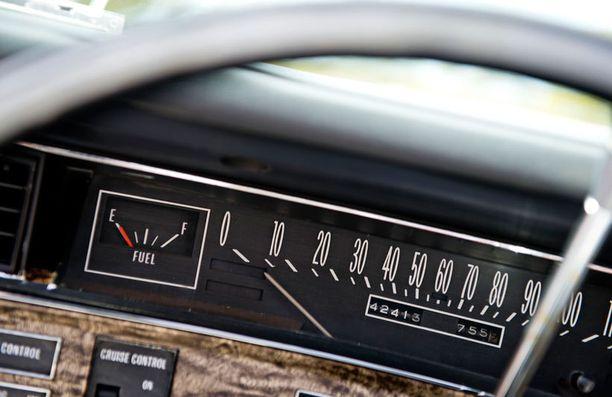 70-luvun Cadillacin kojelauta on varsin pelkistetty.