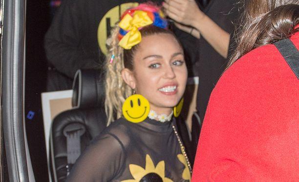 Laulaja Miley Curys käänsi katseita tällä kertaa pukeutumalla auringonkukkiin ja hymynaama-asusteisiin.