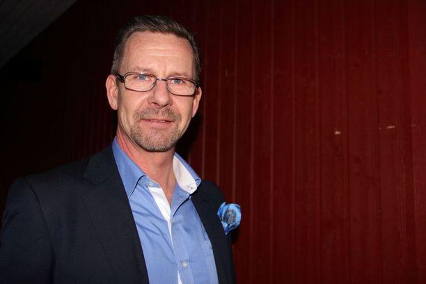 Seppo Lindén on eläkkeellä oleva hävittäjälentäjä ja Suvi Lindénin veli.