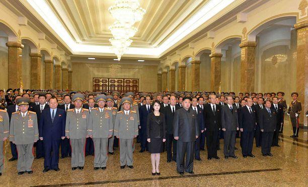 Pohjois-Korean keskiviikkona julkaisemassa kuvassa Kim Jong-unin vaimo on palannut miehensä rinnalle. Maan entisen kakkosmiehen vaimo, maan johtajan täti Kim Kyong-hui, kuitenkin puuttuu kuvasta.