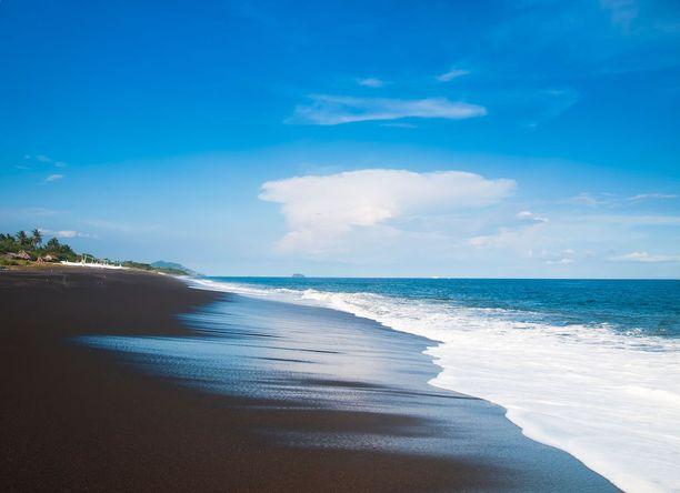 Bali, Indonesia: Balin lomasaarelta löytyy myös mustia rantoja. Niiden tummanpuhuva sävy on peräisin Agung-tulivuoresta.