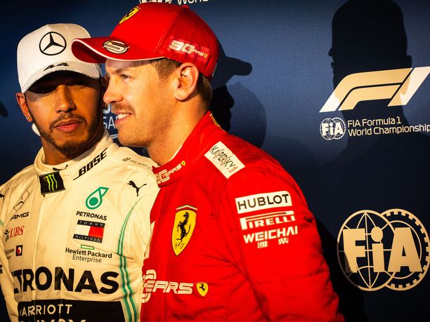Sebastian Vetteliä (oik.) nauratti Lewis Hamiltonin selitykset huonoista renkaista.