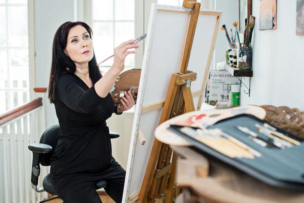 Tämä kuva on lavastusta, sillä harmikseen Saija ei ole aikoihin kyennyt maalamaan. Jalka ei kestä pitkää istumista.
