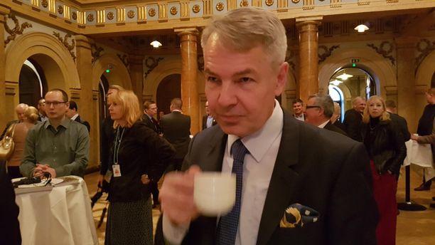 Vihreiden puheenjohtaja Pekka Haavisto valmistautui keskiviikkona MTK:n ilmastoaiheiseen vaalitenttiin Helsingin Vanhalla ylioppilastalolla juomalla kahvia.