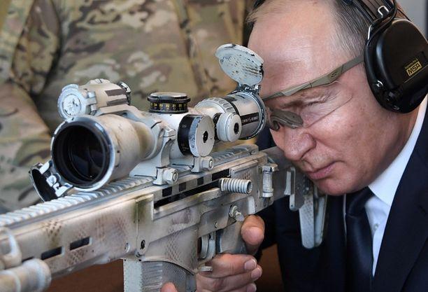 Putin ampui uudelle Kalashnikovin valmistamalla tarkkuuskiväärillä lähellä Moskovaa keskiviikkona.