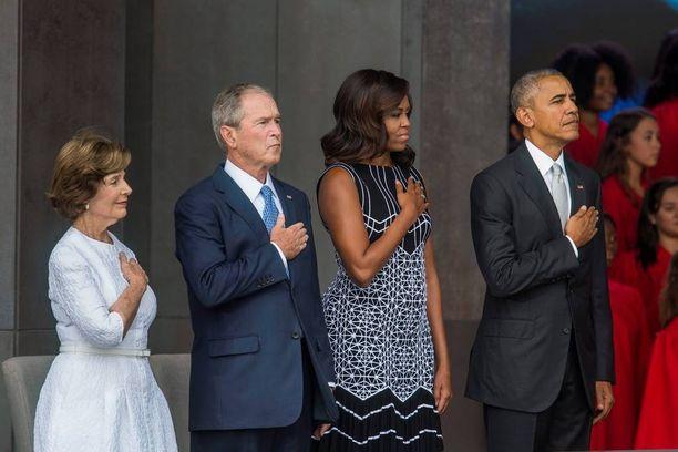 Presidenttiparit lauloivat museon avajaisissa kansallislaulua käsi sydämellä.