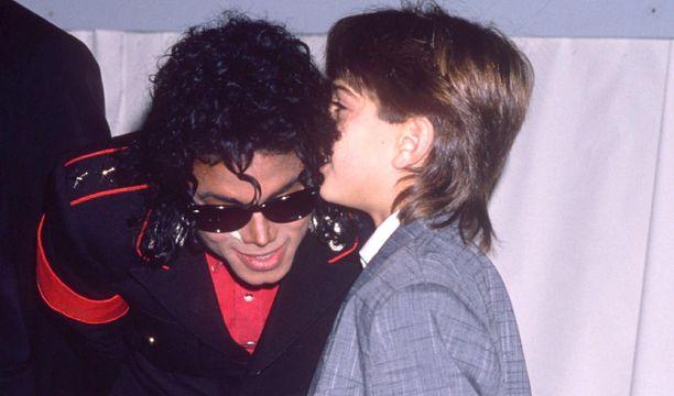 Jimmy Safechuck luuli olevansa Michael Jacksonin paras ystävä. Dokumentissa hän myös kertoo Jacksonin aloittaneen hyväksikäytön Pariisissa yhteisellä matkalla.