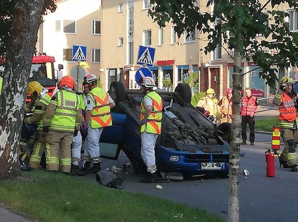Helsingin pelastuslaitokselta kerrotaan, että henkilöauto ajoi päin puuta ja kimposi törmäyksestä takaisin katolleen ajoradalle.