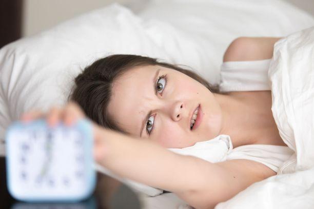 Verisuonten kannalta sopiva määrä unta on yli 7 tuntia yössä. Kuvituskuva.