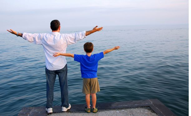 Isoveli kantaa huolta nuoremmistaan.