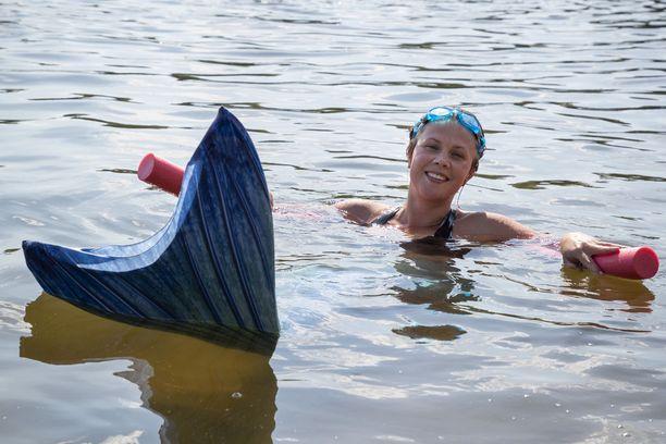 Puettua pyrstön kannattaa veteen mennä varovasti raahautumalla ja kelluke kannattaa pitää vierellä. Kellukkeen avulla voi totutella pyrstöllä uimiseen.
