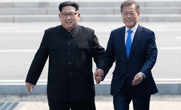 Kim Jong-un (vasemmalla) ja Moon Jae-in tapasivat Koreoiden rajalla huhtikuussa. Seuraavaksi Kimin on määrä tavata arkkivihollisensa Yhdysvaltojen päämies Donald Trump.