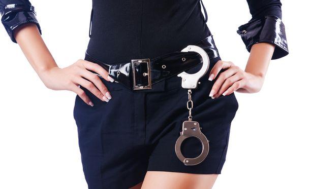 Maailman seksikkäin poliisi kertoo muuttavansa ulkomuotoaan miesmäisemmäksi ollessaan töissä. Kuvituskuva