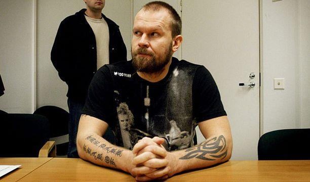 2007 Karalahti sai potkut HIFK:sta, mutta löysi pelipaikan Kärpistä. Kausi tyssäsi lyhyeen marrakuussa, kun poliisi haki raikulipuolustajan kuulusteluun huumerikoksesta epäiltynä. Hän oli kuukauden pidätettynä ja sai myöhemmin tuomion oikeudessa, minkä lisäksi SM-liiga asetti hänet väliaikaiseen pelikieltoon.