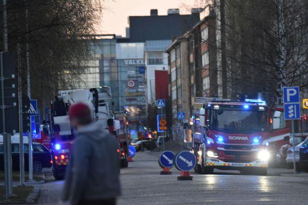 Oulun keskustan kerrostalolle hälytettiin kahdeksan paloautoa. Perillä paljastui niin sanottu nakit ja muusi. Hälytys vaikutti ylimitoitetulta.
