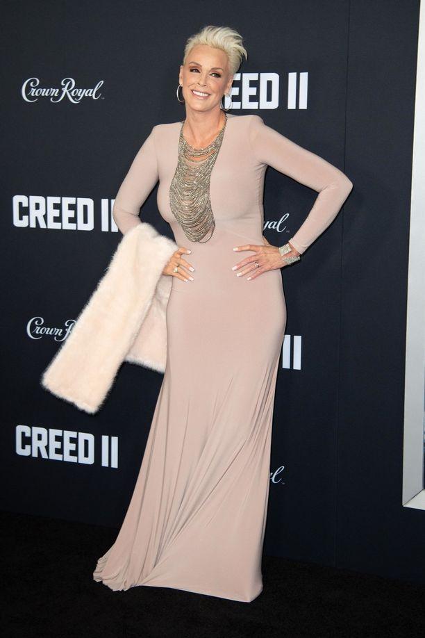 Brigitte Nielsen sädehti vaaleassa mekossaan New Yorkissa.