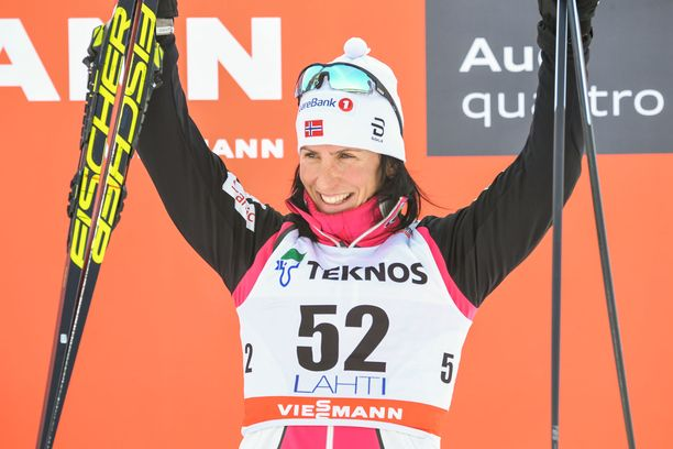 Marit Björgen tuuleti palkintopallilla Lahdessa 2018.