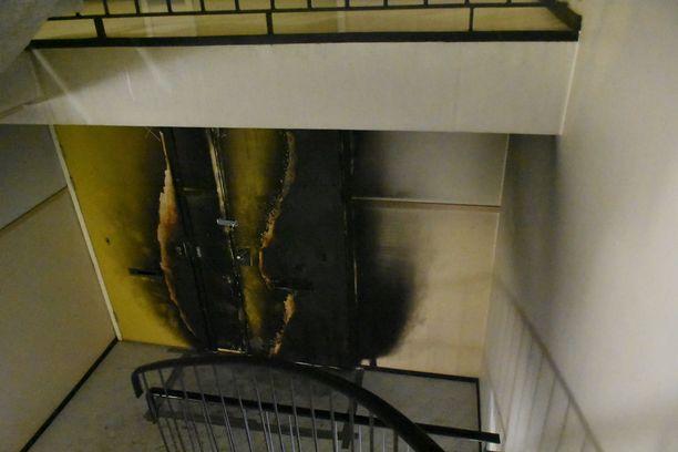 Tulipalo vaurioitti myös viereisen asunnon ovea.
