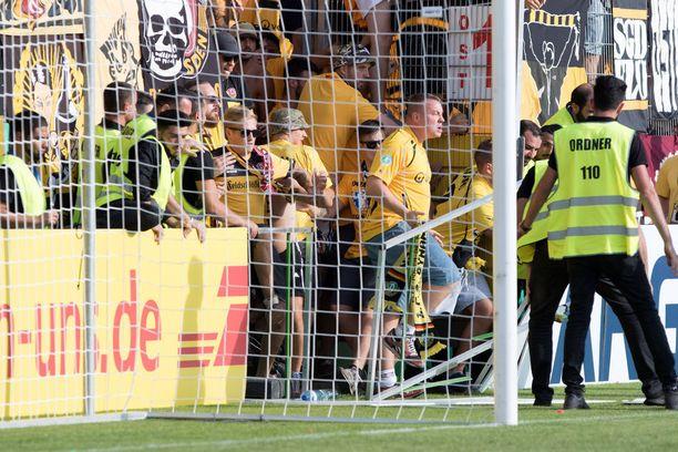 Dresdenin ultrat pyrkivät ottelun jälkeen pelikentälle.