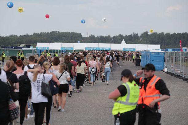Kymmenien tuhansien ihmisten siirtyminen sisälle alueelle eteni jouhevasti.