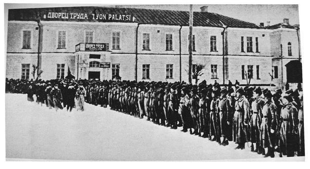 Pietarin sotakoulun hiihtopataljoona Petroskoin Työn palatsin edessä yleiskarjalaisen neuvostojen edustajakokouksen puhemiehistön tarkastettavana maaliskuun alussa 1922.