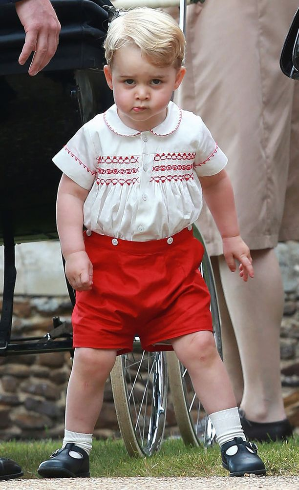 George vai sittenkin William? Georgella oli pikkusiskonsa kastetilaisuudessa sortsit ja kirjailtu paita. Hänen isänsä William nähtiin pikkupoikana lähes samanlaisessa asussa.