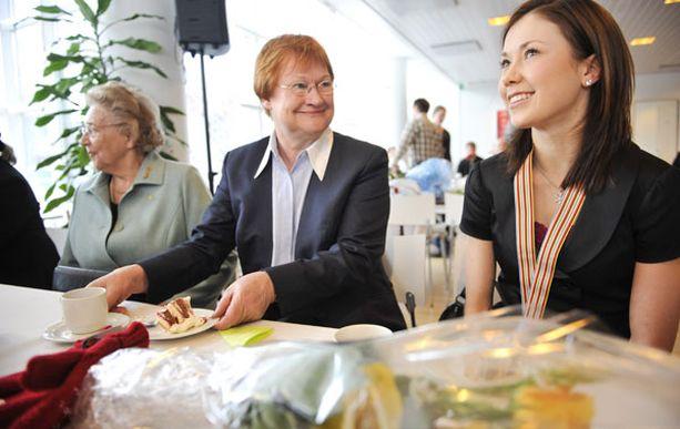Lauran juhlijoiden joukkoon osallistui itse tasavallan presidentti Tarja Halonen, jolta Laura sai lahjaksi lapaset.