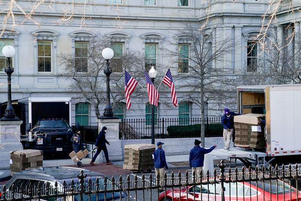Tyhjiä pahvilaatikoita kärrättiin Valkoisen talon alueella sijaitsevaan Executive Office Building -rakennukseen.