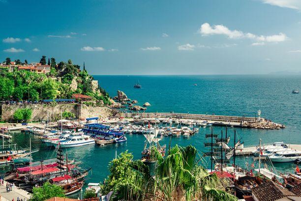 Antalya on noin miljoonan asukkaan kaupunki ja suosittu lomakohde.