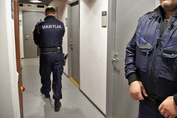 Epäilty vangittiin Helsingissä keskiviikkona. Kuvituskuva Pasilan poliisitalo 1:n pakkokeinoistuntosalin ulkopuolelta.