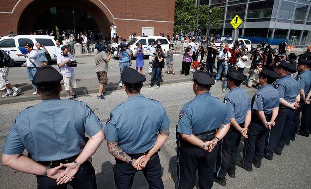 Bostonin maratoniskusta epäillyn oikeudenkäynti alkoi tiukkojen turvatoimien saattelemana.
