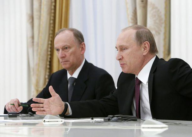 Venäjän turvallisuusneuvoston sihteeri Nikolai Patrushev (vasemmalla) kommentoi keskiviikkona Yhdysvaltain julkaisemaa ns. Kremlin listaa. Venäjän presidentti Vladimir Putin (oikealla) kommentoi listaa jo tiistaina. Arkistokuva.